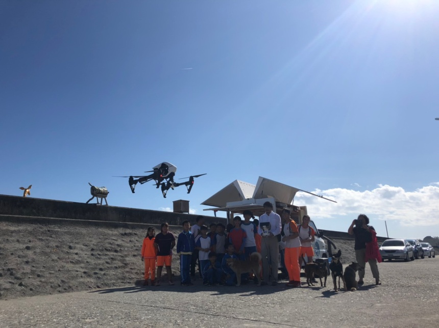 導演指導學生操作空拍機,每個人都充滿著期待。