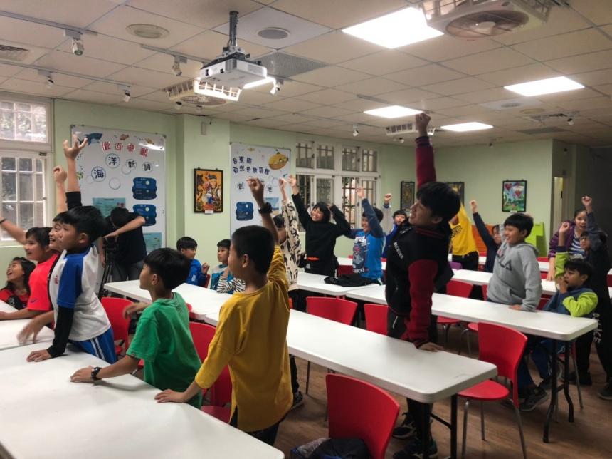 小朋友對課程感到新奇有趣,非常踴躍回答導演的問題。