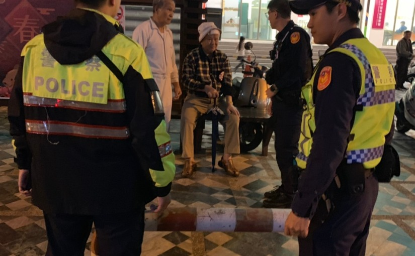 8旬老翁跌倒街頭 豐川暖警扶持返家