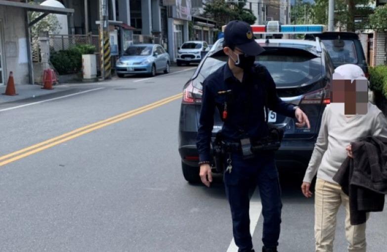 花蓮警為民服務當仁不讓 老婦身體不適倒路旁 警熱心送返家